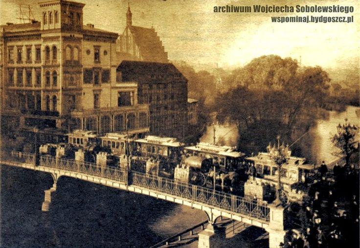 Próba wytrzymałości mostu w 1902 r.  Widoczne wagony tramwajowe i beczkowozy  Archiwum Wojciecha Sobolewskiego