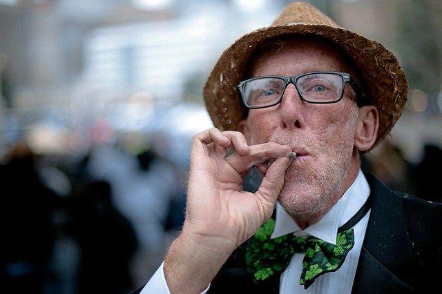 Schon länger wird die Cannabiswirkung bei Menschen mit Alzheimer untersucht und konnte in unterschiedlichsten Studien überraschende Ergebnisse hervorrufen. Nun hat ausgerechnet ein Team von Forsche…