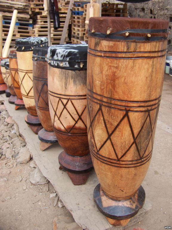 Batuque, instrumento musical angoleño hecho artesanalmente con madera y piel de cabra principalmente
