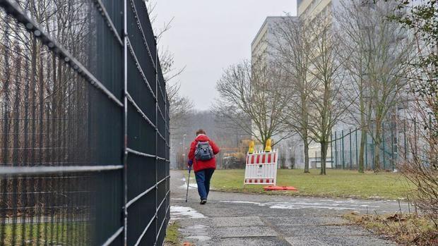 Беженцы в Германии запугали жителей: люди сооружают высокие заборы вокруг многоэтажек  http://joinfo.ua/inworld/1196126_Bezhentsi-Germanii-zapugali-zhiteley-lyudi.html