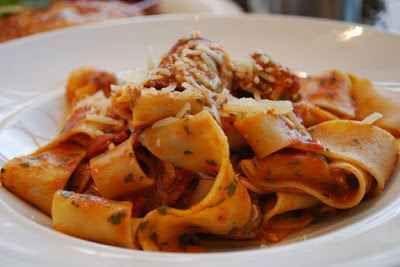 Ricetta classica: spaghetti al sugo INGREDIENTI:  spaghetti 480 gr polpa di lepre a tocchetti 320 gr vino rosso 200 gr lardo a fettine 50 gr una piccola cipolla - chiodi di garofano - pecorino grattugiato - erbe aromatiche -  #ricetta #primopiatto #pasta