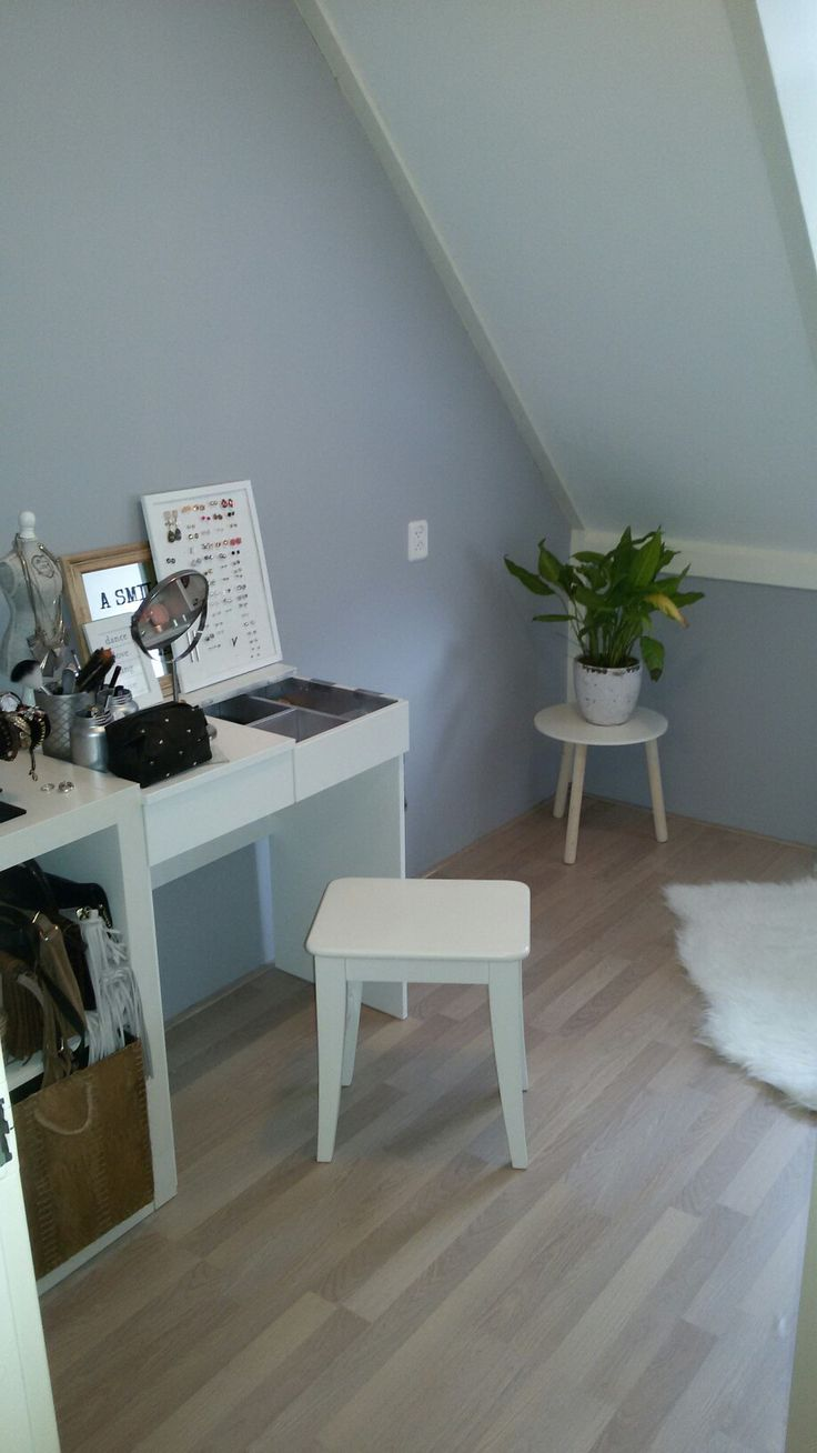 Make-up kamer, een lekkere 'tut' ruimte. Make-up tafel met extra kast ernaast…