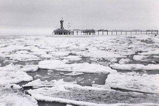 1963; de koudste winter van de eeuw, bevroren zee bij Scheveningen. Echt waar: je kon op de schotsen staan!