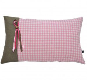 Wat een leuk roze kussen voor een meisjeskamer! Gezien op www.katvanhuis.nl