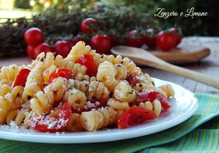 La pasta alla poverella è un primo piatto gustosissimo e leggero che si realizza in un lampo con pochi semplici ingredienti.