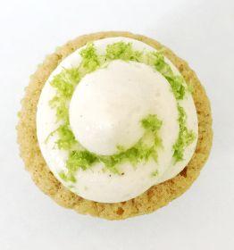 Vaniljcupcakes fyllda med lime curd och toppade med vanilj/lime-frosting - http://www.hittarecept.se/r/vaniljcupcakes-fyllda-med-lime-curd-och-toppade-med-vanilj-lime-frosting-38440685.html