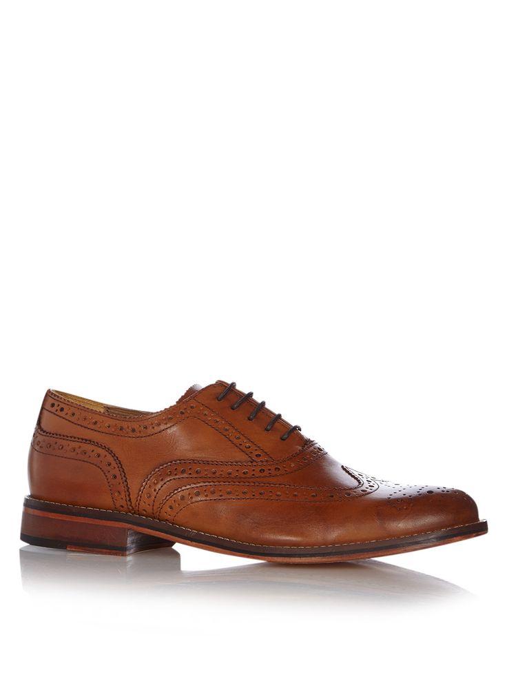 Brogue Braxton 1 van Bertie. Deze veterschoen is uitgevoerd in een robuust model met opvallende brogue-details. De schoen is van glad cognackleurig leer en heeft eveneens een voering en zool van leer. Gebruik een onderhoudsmiddel en schoenspanners om dit paar schoenen langer mooi te houden.