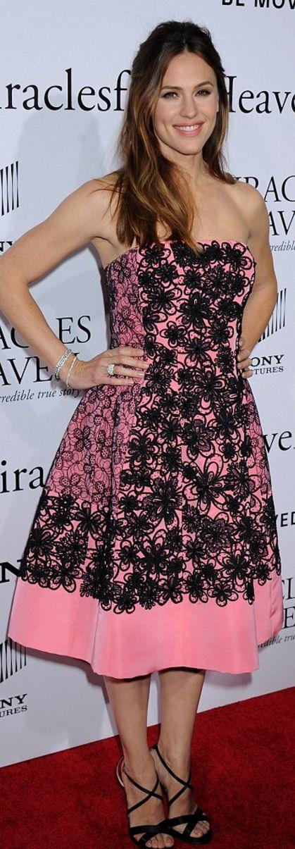 Who made  Jennifer Garner's pink strapless print dress?