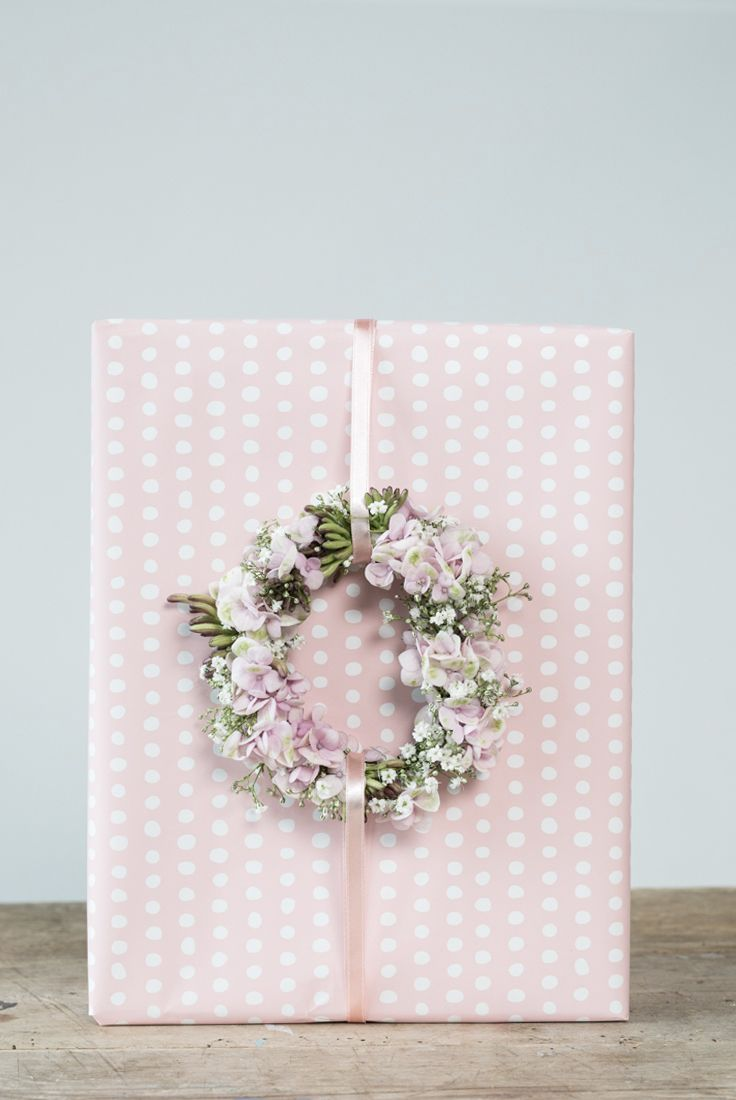 DIY gift wrapping idea with flowers. Make a beautiful DIY flower wreath from garden flowers.