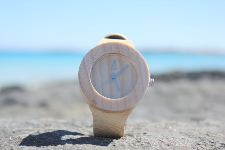 Boj-  Reloj unisex, realizado a mano, con caja de madera de Bambú y mecanismo interior japonés, bisel y dial realizados en tono claro, manecillas y logotipo en aluminio metalizado, esfera de cristal mineral y correa ajustable de cuero. #amarantto #boj #reloj #watch #relojdemadera #madera #wood #estilo #style #diseño #design #moda #fashion #lifestyle #playa #beach #formentera