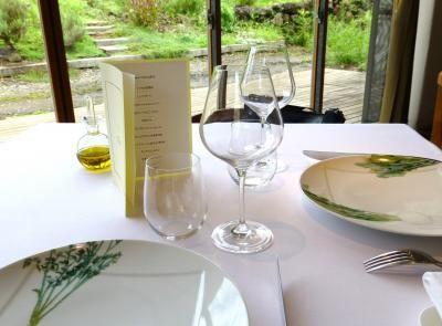 8月の最後の週末に、前からずっと行きたいと思っていたフレンチレストラン《レストラン ビオス》でランチをしてきました。お店は富士山の麓にあります。ランチのために行くには自宅から遠いのだけど(車で2時間弱)、この日は結婚記念日のお祝いの食事だったので特別です。レストランがオープンしたのは2009年とのこと。お店のオーナーの松木氏は恵比寿の「タイユヴァン・ロブション」で第一給仕長を務めたのち、有機農業の道に進むことを決め、2000年に就農。そして、無農薬・有機肥料で生産した野菜を使って料理を提供する「レストラン ビオス」をオープンさせたのだそう。敷地内の畑で、その日採れた旬の野菜を使ったお料理がいただけるなんて、なんとも贅沢! 予約は2ヵ月近く前からしていました(気合い入ってます ^^;)。富士山も見られるかもと思っていたけれど、あいにくこの日は曇りで、富士山は拝めず~。