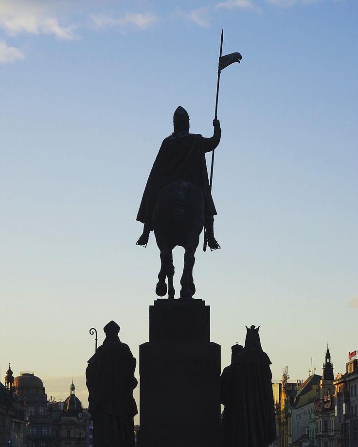 16 vind-ik-leuks, 3 reacties - Paul Abspoel (@paulabspoel) op Instagram: '#prague #czech #czechrepublic #statue #wenceslassquare'