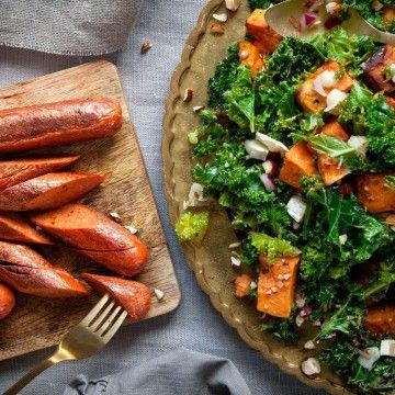 Vinterinspirerad rätt med vegetarisk chorizo och en härlig sallad på grönkål, sötpotatis, getost och hasselnötter. Salladen passar även utmärkt som ett ins