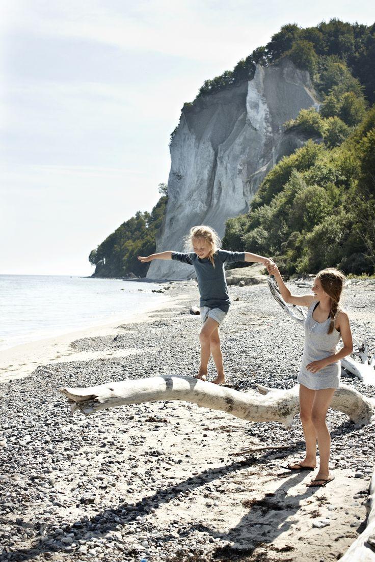Familievakantie in Denemarken. Op het Deense eiland Møn heb je prachtige krijtrotsen. Een heel avontuur om naar beneden te klauteren. Op het strand kun je fossielen zoeken en wandelen.