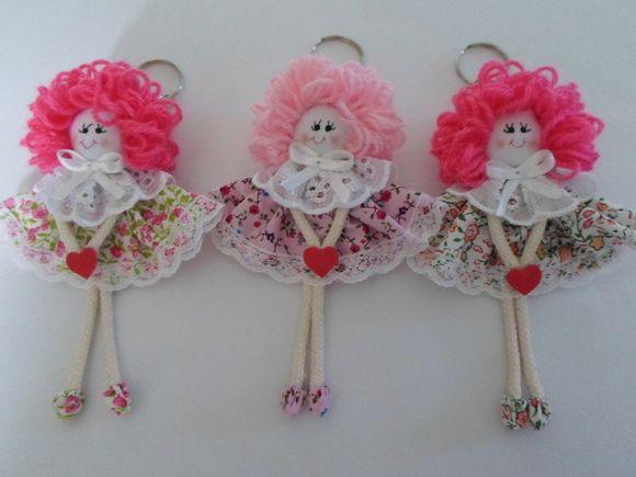 Chaveiro em fuxico modelo boneca, cabelo de lã, tecido de algodão. Cor estampa floral. Quantidade mínima 20 unidades. R$ 6,99