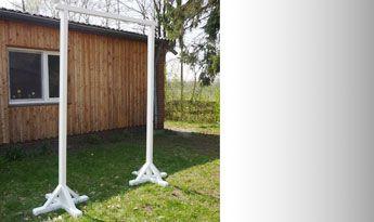 Falk Tobias Hempe Sprung-Hindernisbau: Hier habe ich ein Tor zum Durchreiten gebaut. Am Querbalken können Flatterbänder oder Plastikketten befestigt werden um die Gelassenheit des Pferdes zu trainieren. Das Tor besteht aus 2 Stück 2,50 Meter hohen Standern und ist 1,50 Meter breit. Auch dieses Hindernis kann man zerlegen und die Ständer einzeln nutzen.