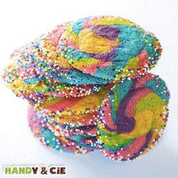 La recette des biscuits / cookies arc-en-ciel. Cette recette colorée et originale épatera tous les enfants ! Pour un anniversaire ou un goûter c'est la recette idéale pour faire plaisir aux petits et grands.