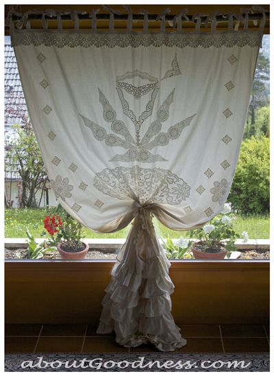 Bohemian Curtain DIY - The post includes loads of pictures as well as the authors thought process during the evolution of this lovely curtain.