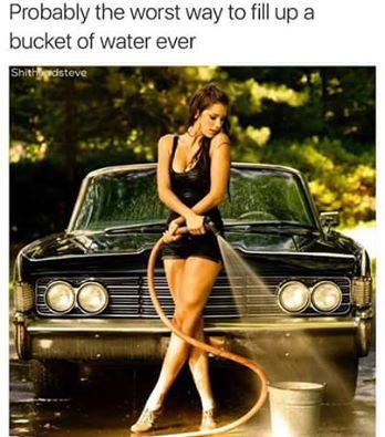 Probablemente la peor manera de llenar un cubo de agua cada vez >> Wahrscheinlich die schlechteste Methode, um immer einen Eimer mir Wasser zu füllen