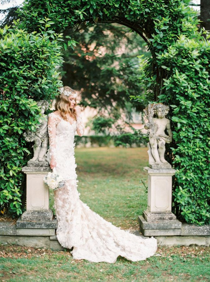 Stunning floral detailed Pronovias gown | Photography: http://www.thecablookfotolab.com/: