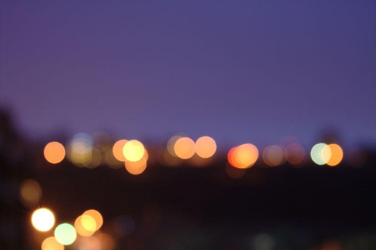 Luces de la ciudad borrosas.