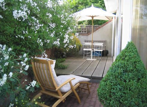 a small townhouse garden designed by john brookes