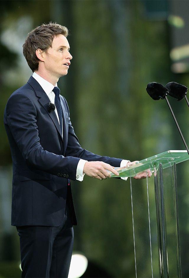 サン・シンフォリアン軍人墓地で行われた第一次世界大戦百周年式典で、スピーチ。イートン公の同窓生であるウィリアム王子やキャサリン妃、英国首相なども出席した(2014) ©GettyImages