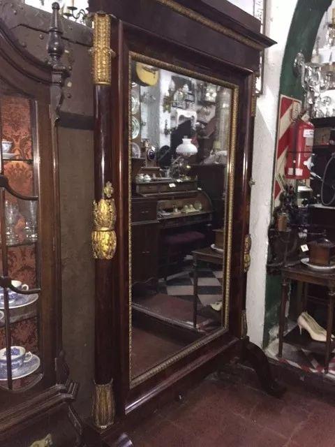 antiguo espejo de pie de madera tallada patinado en dorado
