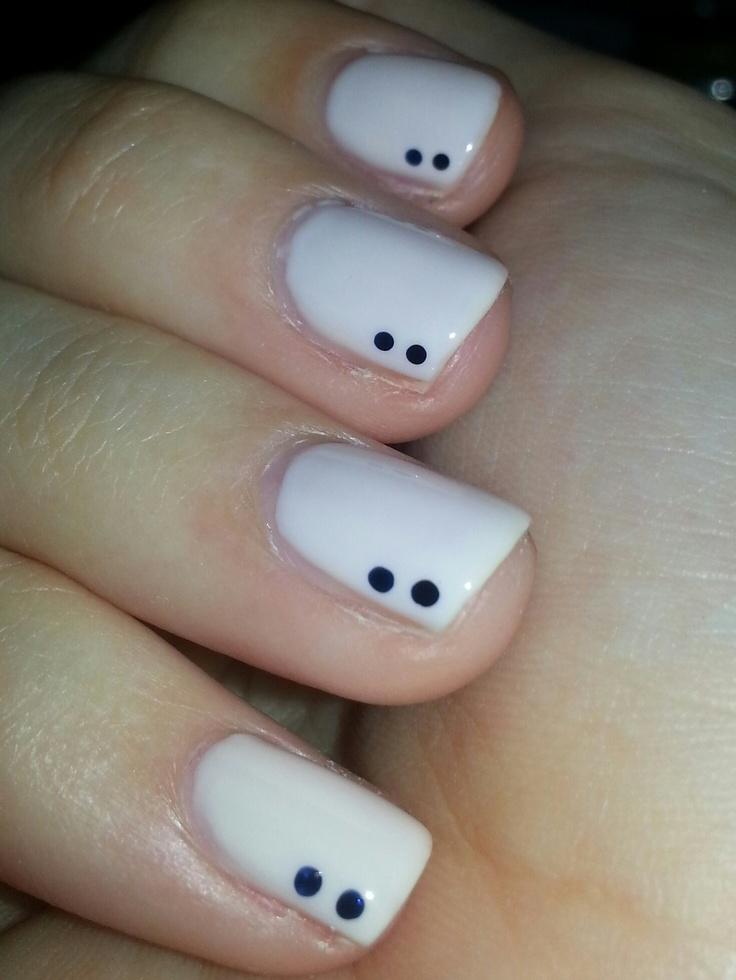 uñas blancas, puntos azules.