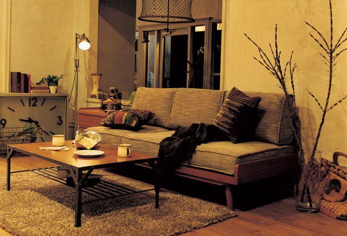 リビングのソファの前にはスチール脚のローテーブルを。男前からナチュラル、北欧風まで、どんなインテリアにも合うので、好みが変わってもずっと使えます♪