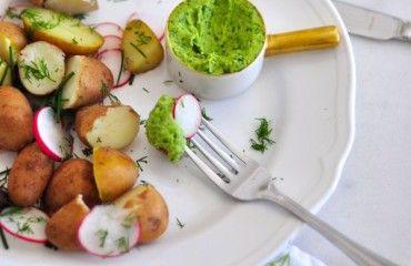 <p>* * * Uwielbiam pasty! Najczęściej miksuję to co mam pod ręką i w efekcie końcowym mam wspaniały dodatek do chleba, ziemniaków, naleśników lub makaronu. Po poworcie z podróży marzyłam o prostym daniu, a pasta z ugotowanych na twardo jajek, pietruszki, czosnku i odrobiny anchois doskonale pasuje do młodych ziemniaków. Jeżeli końcowy smak może wydawać […]</p>
