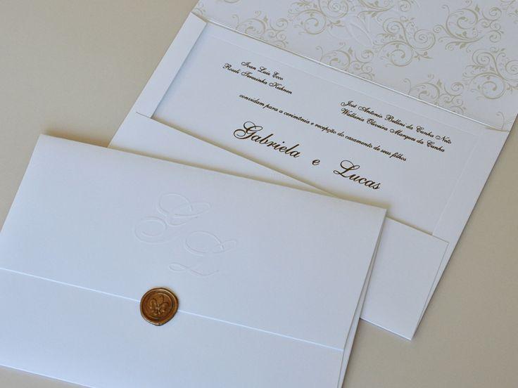 Convite super delicado... com lacre de cera, impressão interna, iniciais no envelope e relevo americano no convite!