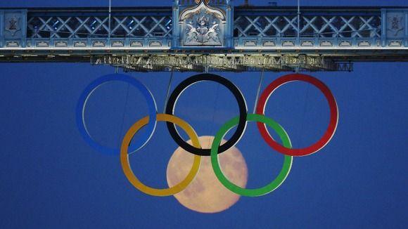 Full moon rises through Tower Bridge's Olympic Rings - ITV News
