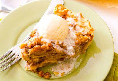 Elmalı Pay Tarifi oldukça lezzetli ve hafif. Elma, tarçın ve diğer baharatların tadı ile üzerinin kıtırlığıyla herkesi mutlu edebilecek bir tarif. Yapılışı;