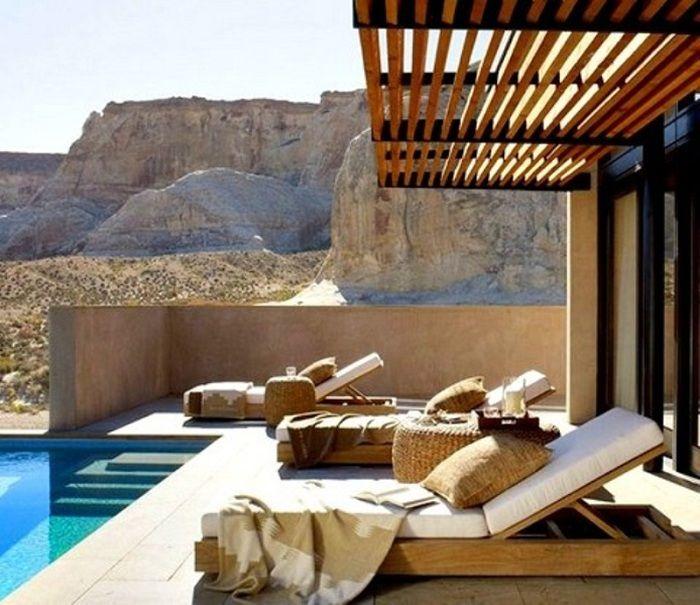 glorieta moderna junto a la piscina, la cual se extiende el espacio de vida al aire libre.