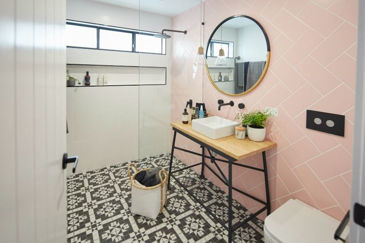 house rules 2017 sean and ella ensuite with pink bathroom tiles on wall