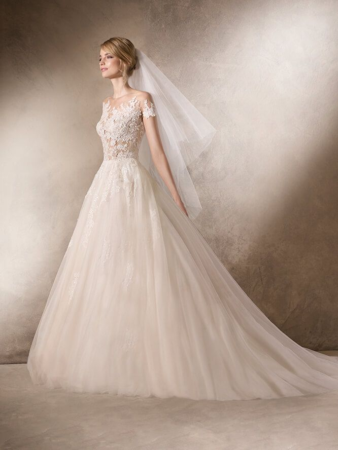 Hairnold WEDDING DRESSES 2017 Sophisticated princess wedding dress with a full skirt in tulle and decorated with lace and gemstone embroidery appliqué. Chantilly bodice over crystal tulle, guipure and gemstone details, creating a second skin effect on the crew neckline.