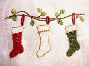 毎年クリスマスシーズンになると、お部屋の飾りつけが気になったりしますよね♡今年は、手刺繍で「魅せる」クリスマスはいかがですか♪クロスステッチで繊細なクリスマスツリーを手刺繍したり、雪の結晶をフェルトに手刺繍してブローチにしたり♡クリスマスの楽しみ方、増えるかもしれませんね♪