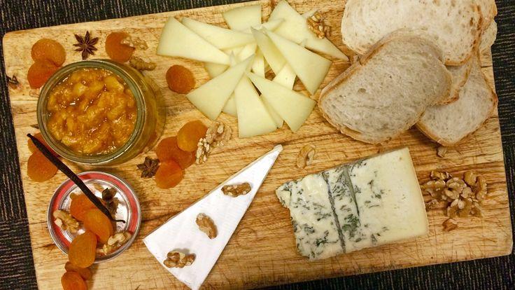 Aprikossyltetøy passer veldig godt til ost. Det er lett å lage, og råvarene finnes i butikken året rundt. Mats Paulsen koker aprikos sammen med stjerneanis og vanilje. Foto: Agnete Daae-Qvale Holmemo / NRK