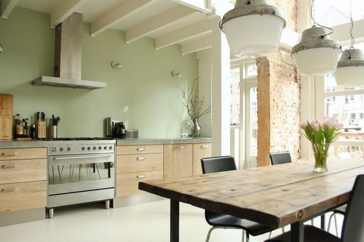Landhausküche mit Eichenholz-Schränken und Wand in dezentem Pastellgrün