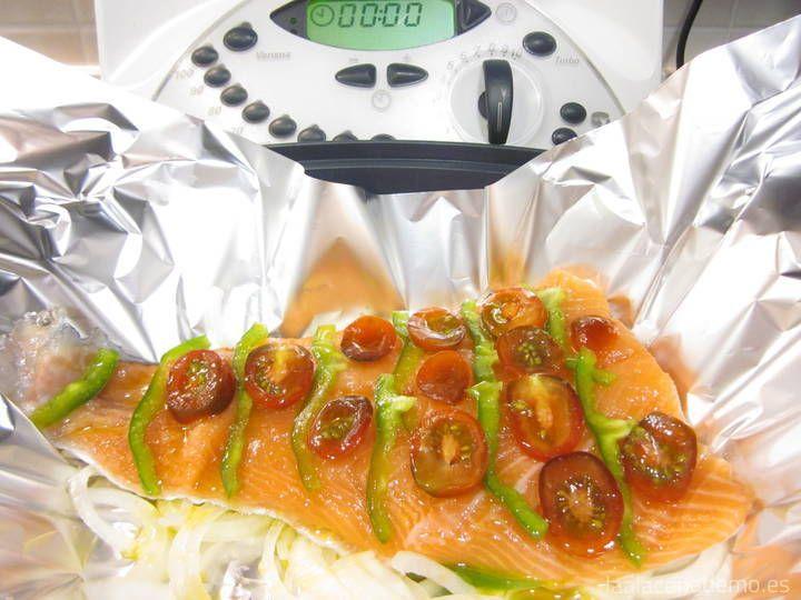 Salmón Thermomix: cocinado al Vapor en el recipiente Varoma para no añadir calorías extra. Disfruta de todo el sabor cocinando el salmón en papillote.