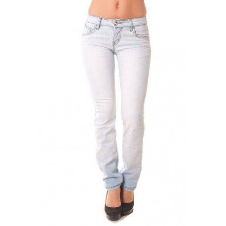 Jeans slim bleu clair. effet froissé, clouté aux poches.