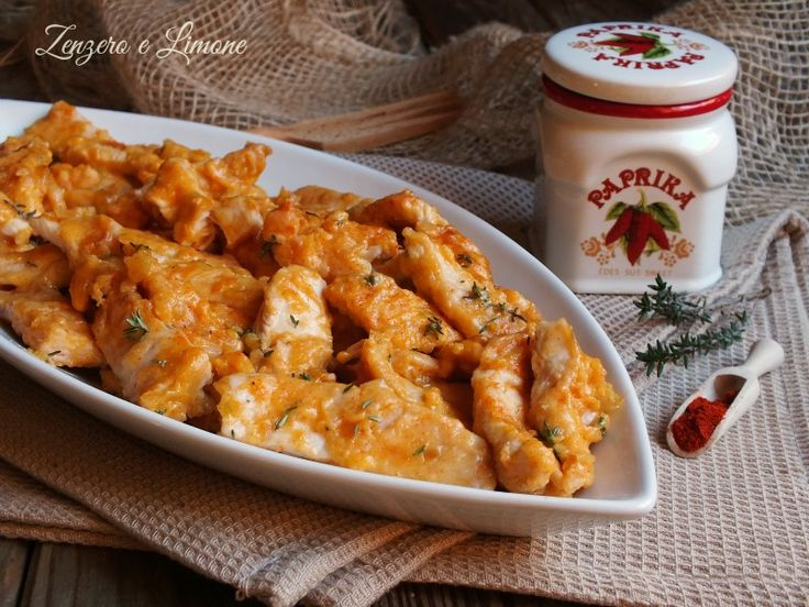 Questo pollo alla paprika è un secondo piatto gustoso e invitante grazie al tocco aromatico conferito da questa spezia. Una ricetta semplicissima.