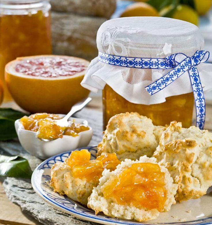Hemlagad apelsinmarmelad smakar så mycket bättre än den du köper i affären. Här får du recept på en klassiker med en liten tvist och en variant i engelsk stil med grapefrukt och citron.