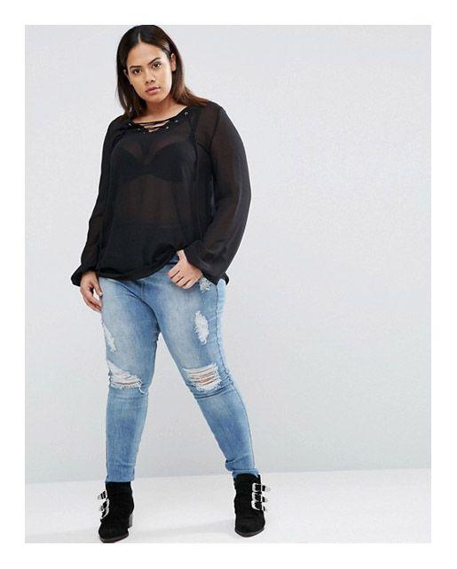 Рваные джинсы, с дырками, расположенными по горизонтали, на полной девушке