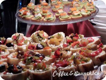 Aperitivo italiano en un bar de cócteles en Barcelona - Montaditos de verduras y de aguacate con palitos de cangrejo