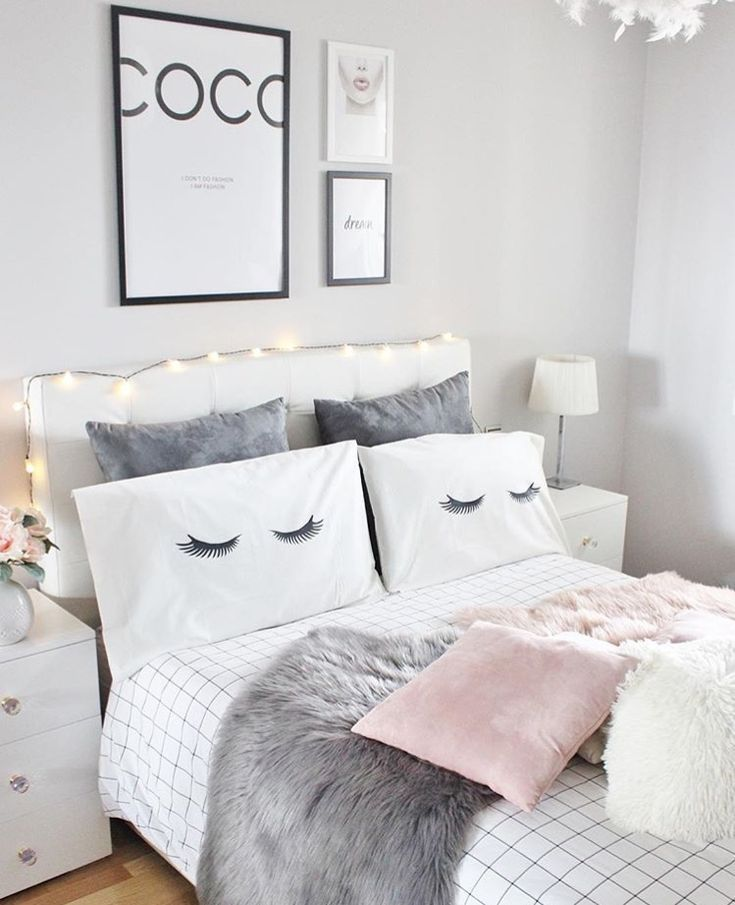Gemütliches Bett im Schlafzimmer mit verschiedenen Kissen