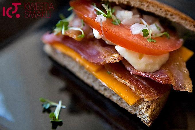 Kanapka z boczkiem, pomidorem i serem
