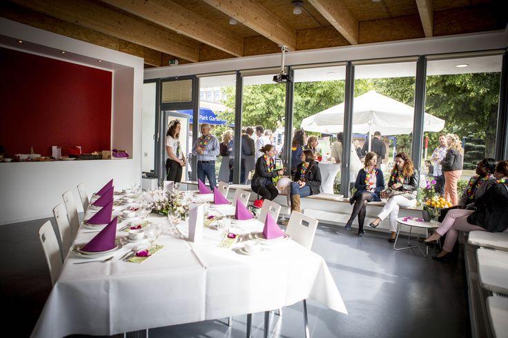 Die Callisto Event Lounge mit eigenem Garten eignet sich ideal für Firmenveranstaltungen, Präsentationen oder Teambuilding-Maßnahmen. Die Eventlounge ist ein modernes Solitärgebäude, welches die Privatsphäre und Exklusivität nicht nur verspricht, sondern auch hält. Durch eine kleine Küche in einem separaten Raum werden Angebote wie Supperclub, Barbecues oder Kochkurse möglich. http://brickspaces.de/spaces/callisto-event-lounge/