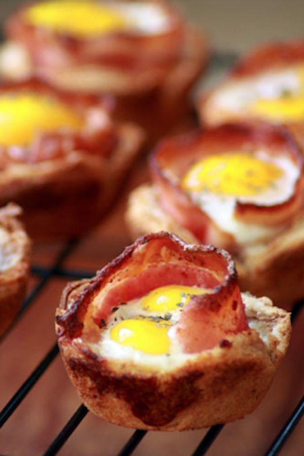 Copas de tostadas de huevo y tocino   31 Bocadillos divertidos que puedes hacer utilizando un molde para muffins